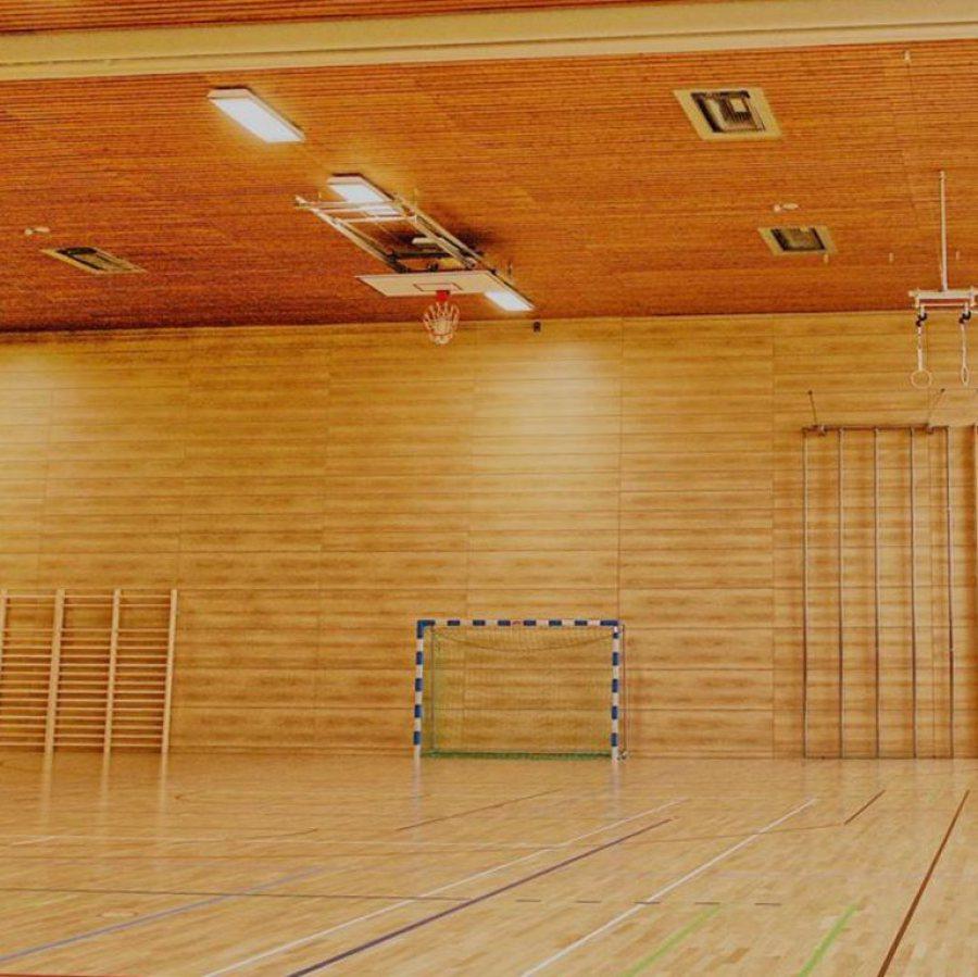 Sporthalle und Sportgeräte