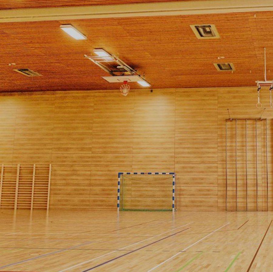 Sporthalle mit Sportgeräten