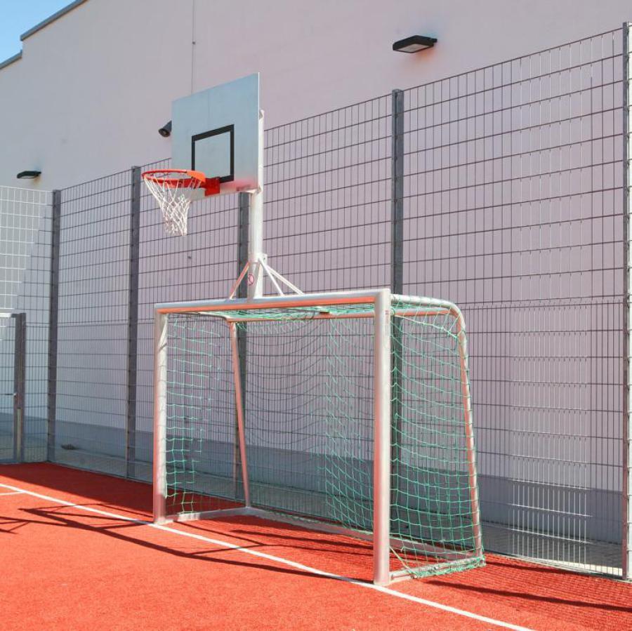 Bolzplatztor mit Basketballanlage